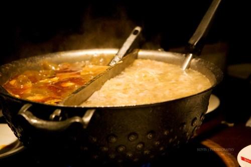 鼎王鴛鴦鍋,麻辣鍋與東北酸菜白肉鍋。