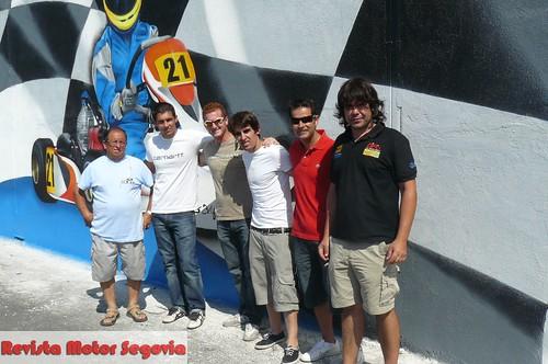 De izda. a dcha. Padre Julian Simón, el piloto Jesús Gil, el piloto Isaac Martín, el piloto Julian Simón, el piloto Ignacio, el gerente del circuito Javier Diez