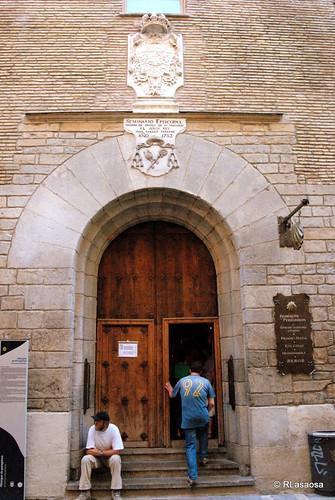 Vista de la puerta de acceso al albergue de peregrinos de Jesús y María, en la calle Compañía de Pamplona.