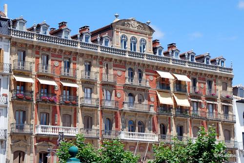 Vista de la fachada del «Casino Principal», en la Plaza del Castillo. Construido a finales del siglo XIX y en sus bajos se encuentra el famoso «Café Iruña».