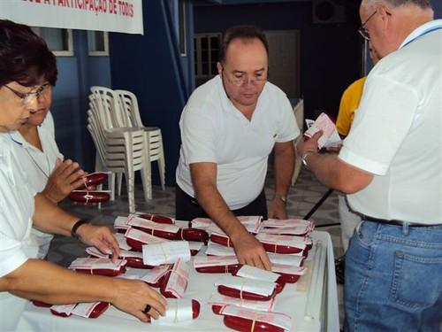 Companheiros organizando a entrega dos óculos
