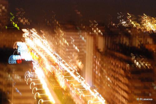 Vista nocturna desenfocada sobre la Avenida de Pío XII desde el Edificio Singular