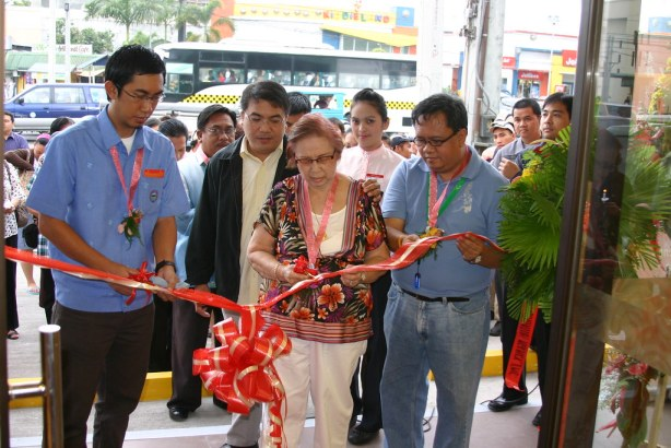Thats Bariles assisting Mrs. Susan Yap and Atty.Paolo Acharon at the ribbon-cutting ceremony during the opening of Chowking Highway-GenSan.