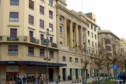 Vista de una parte de la Avenida de Carlos III, con la fachada del Teatro Gayarre