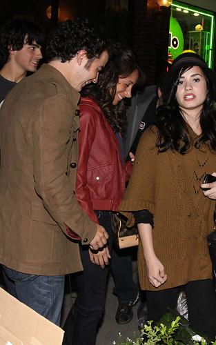 Kevin Jonas, Danielle Deleasa,  Joe Jonas, Demi Lavato por dtodoblog.