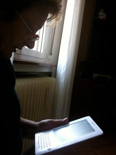 mia madre legge La Stampa sul Kindle
