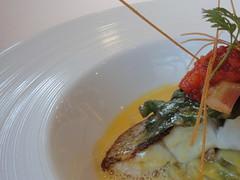 鮮魚のポアレ アサリのジュを使ったサフランソース