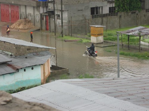 Flooding in Cotoou, a moto braves the water