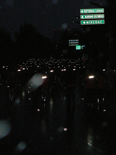 Miles de luces bajo la lluvia