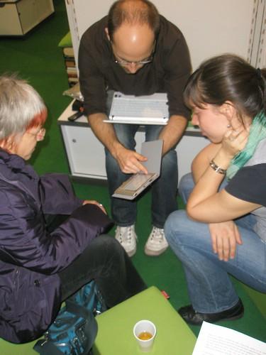 Vorbereitung der Testperson für das Leseexperiment der HU Berlin auf der LIS-Corner auf der Frankfurter Buchmesse 2009
