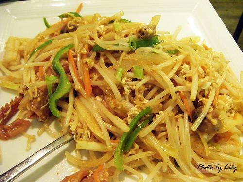 芭達亞酸辣海鮮炒公仔麵。