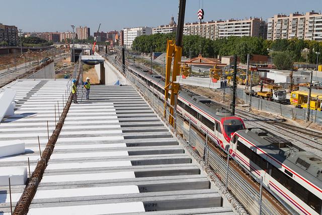 Colocación de vigas sobre viales en puente del carrer Palomar - 21-06-11