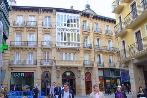 Edificios en la calle San Saturnino vista desde la Plaza Consistorial