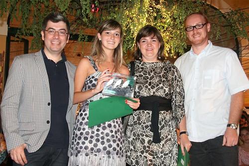 Isabela Gyurkovicz Santini com a professora Claudia Alquezar Facca, Ademir Bueno, gerente de design e tendências da Tok&Stok e o designer Gustavo Bertolini.