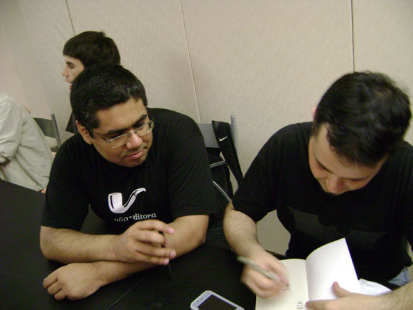 Samir Machado e eu. Os livros foram passados de mão em mão!
