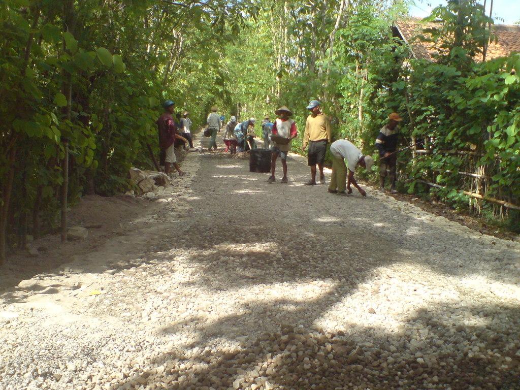Pengaspalan ruas - ruas jalan di desa Grogol
