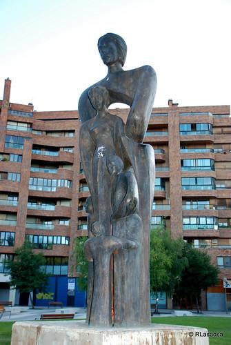 Monumento a la Familia, situado en la calle Vuelta del Castillo, delante del Civican, erigido por suscripción popular.