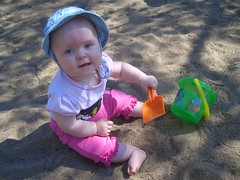 Ava leker i sanden