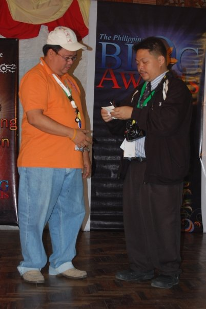Bariles receiving the prize for GenSan News Online Mags win as CHIKKA READERS CHOICE AWARDEE from Philippine Blog Awards Juned Sonico.