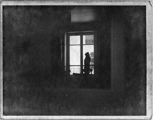 Pendant la journée, il aimait bien imaginer que son mannequin regardait par la fenêtre la pluie tomber