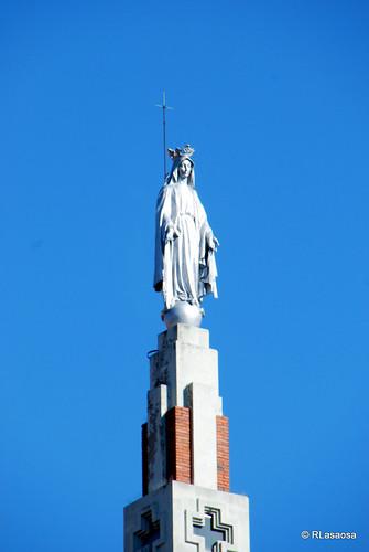 Iglesia de los PP. Paules o de La Milagrosa, obra de 1928 de Víctor Eusa, situada en la Avenida de Zaragoza - Plaza de los Fueros.