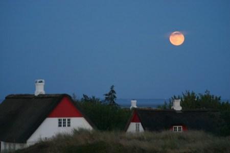 Anochecer en Sønderho con casas típicas y la luna al fondo
