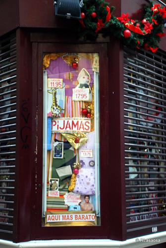 """Escaparate de la tienda de ropa """"Sucesores de Ortega"""", situado en la esquina de la calle Mayor con la calle Campana"""