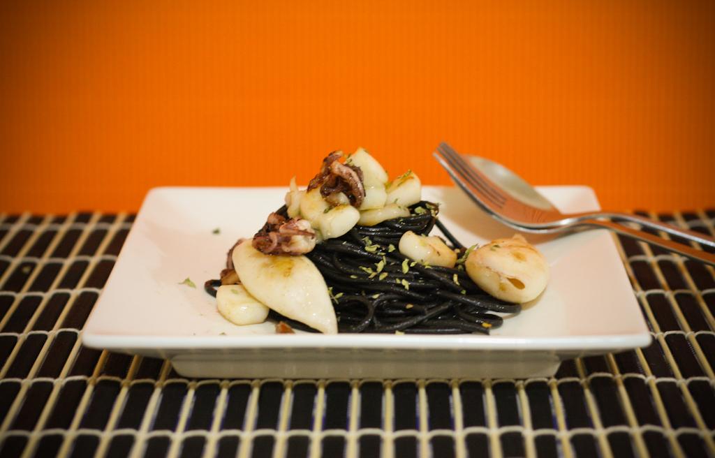 Receta de espagueti negros picantes con sepia y chipirones.