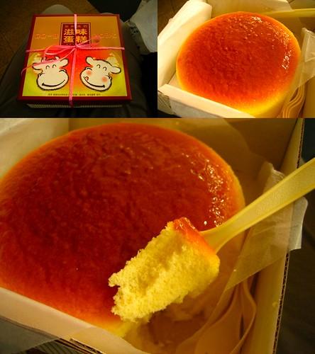 ชีสเค้กเป็นไฮไลท์ของกุ้ยหลินสำหรับเรา อิอิ เดินเจอโดยบังเอิญมาก เค้าให้ชิมก็กินไปอย่างงั้น คิดว่าคงรสชาติไพร่ ปกิสว่า มันละลายในปากเหมือนชีสเค้กที่ฮอกไกโดเรย (อีอีฟคงบอกว่าหยุดเวลา อิอิ) ก้อนเบ้อเริ่ม 28 หยวนเท่านั้น ขายได้วันละหลายร้อยอันเรย (ที่ร้านบอกมา) แต่ยังมีขายแค่ที่กุ้ยหลิน (แต่พ่อไปเสิ่นเจิ้นมาล่าสุด บอกว่าเห็นกล่องลายวัวนี่ขายแล้ว ในราคา 20 หยวนเองด้วย คงจะต้องไปลอง)