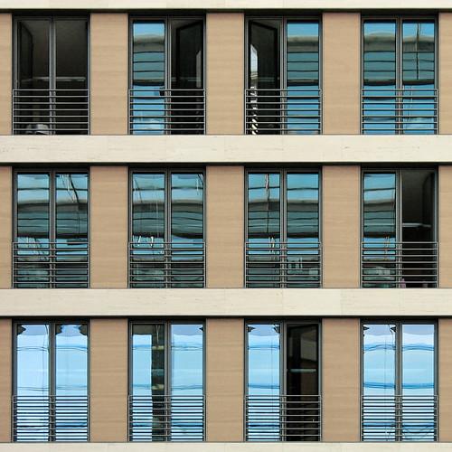 fassade mit offenen fenstern :: facade with open windows