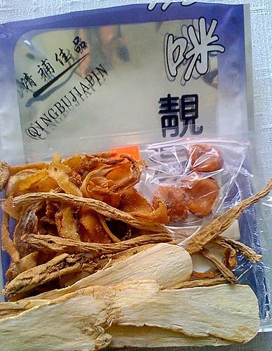 A bronzkori Fu Xi a saját testén kísérletezte ki a gyógynövények hatásait. A vákuumcsomagolás az Orczy térig segíti Fu Xit.