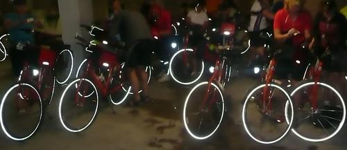 Probando las bicis en el garaje del hotel