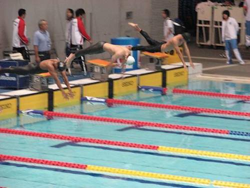 810馬振威(中)在男子A組50米蛙泳起步一瞬並刷新澳門紀錄