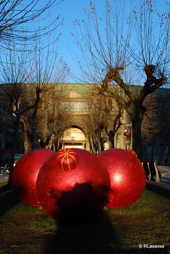Tres enormes bolas navideñas en la Avenida de Roncesvalles, ocultando a la vista de la Plaza de Toros