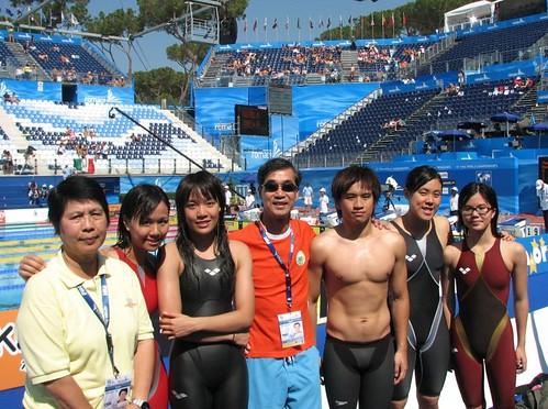 8013麥志權祝賀昨日四創澳門游泳新績,左起鄭若虛、馮敏慧、利安琪、唐皓東、馬卓薇、及譚志欣