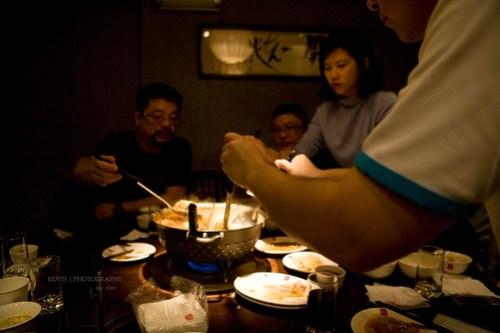 大夥兒享用鼎王麻辣鍋中。