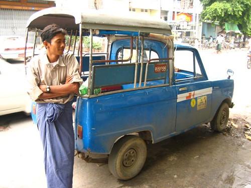 โซวๆ แต่ไม่ใช่กะสามล้อของตัวเอง เป็นแทกซี่ที่จ้างมา (นี่คือแทกซี่ในเมืองมัณฑะเลย์จ้ะ)