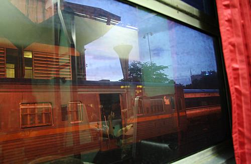 (Mens toget ennå står på perrongen i Bangkok.)