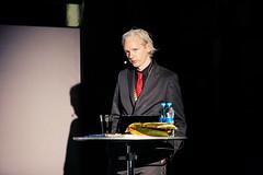 Assange forhors efter sex ar