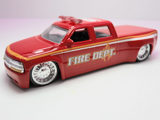 jada toys badge city heat wave 2 '99 chevrolet silverado dooley fire (2)