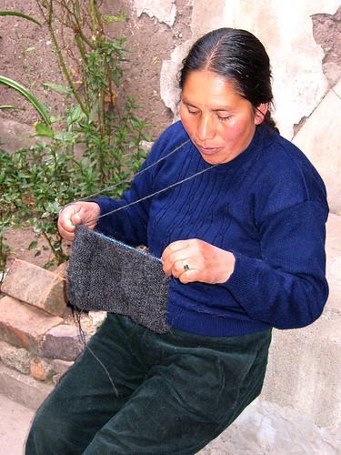 tricoter avec le fil derrière le cou