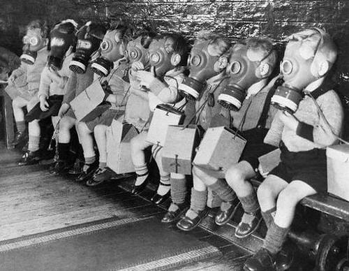 Niños con mascaras de gas. Otra foto que da escalofrios.