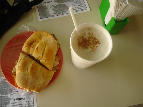 Torta = sanduíche. Ao lado, a água de horchata, que é igual a um pudim de arroz líquido.