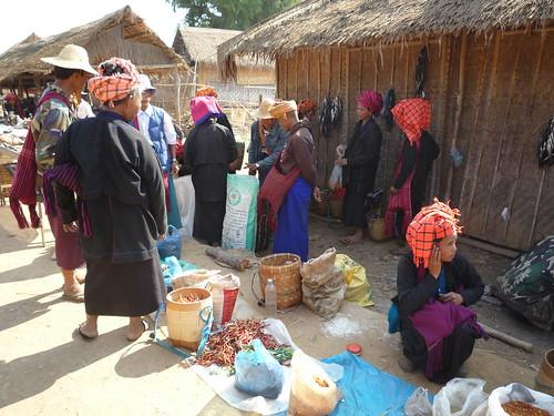 Pao Frauen auf dem Markt