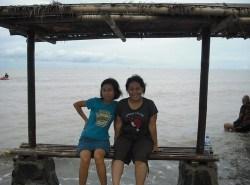 Nunik dan Titik di Pantai Samudera Karawang