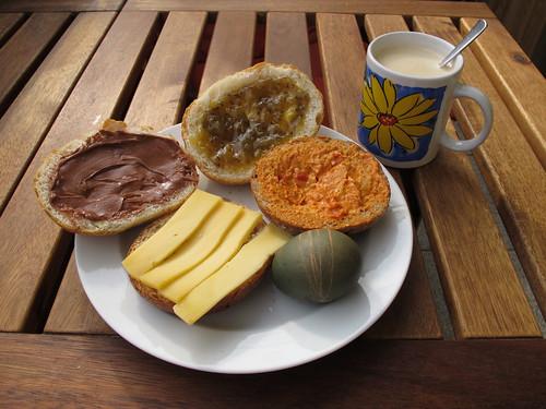 Geschmierte Brötchen zum Frühstück