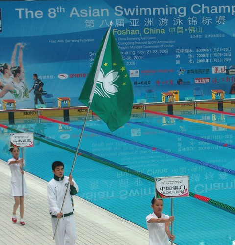 8ASC澳門游泳代表隊鄭永燊手持澳門特區旗參加本屆亞錦賽的開幕儀式