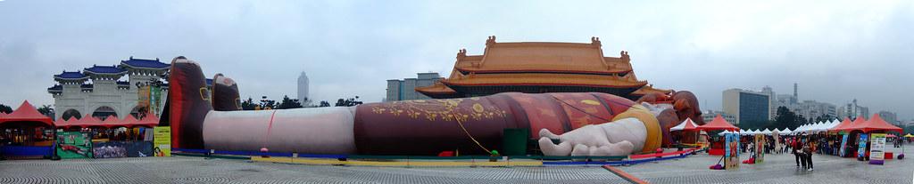 躺在自由廣場的格烈佛 Guillver at Taipei