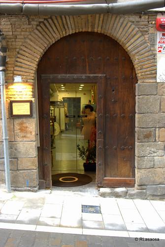 Puerta de una tienda en la calle Curia de Pamplona