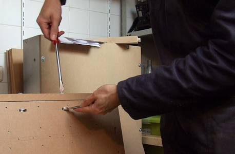 a aparafusar as tampas com calhas à torsion box